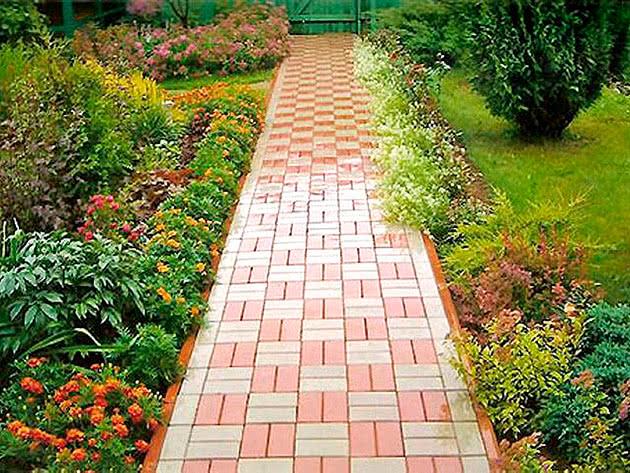 Бетонна доріжка в саду