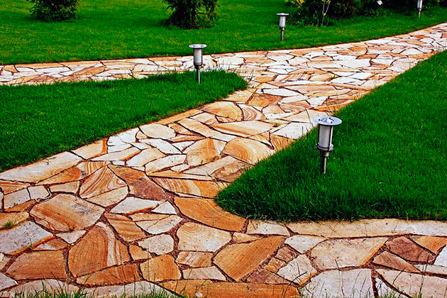 Садова доріжка з каменю